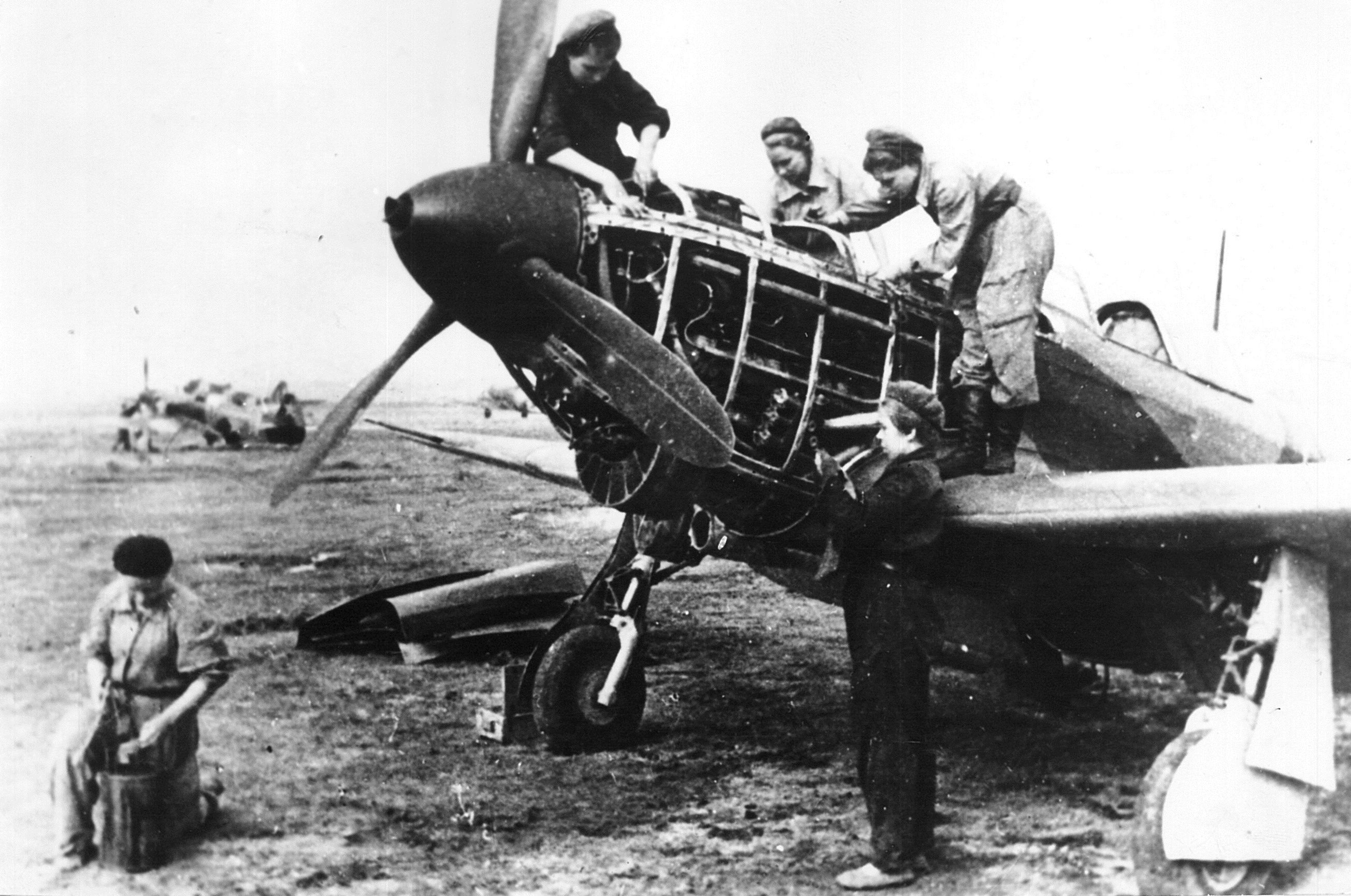 Mechanics on a Yak, Stalingrad. Nina Shebalina is in the middle