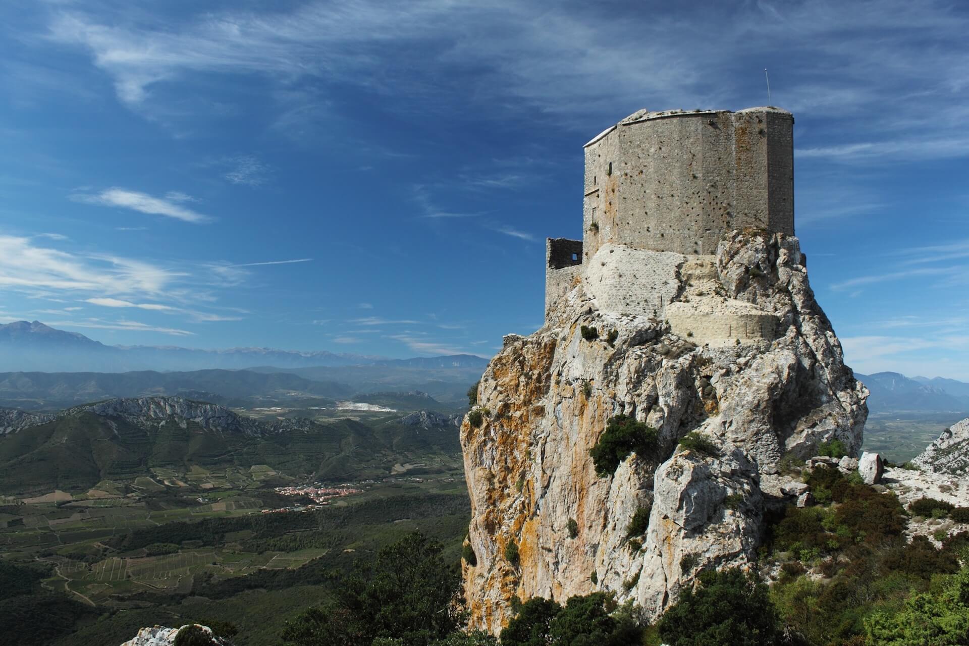 castillo Queribus, con la vista sobre la llanura, Aude, Francia
