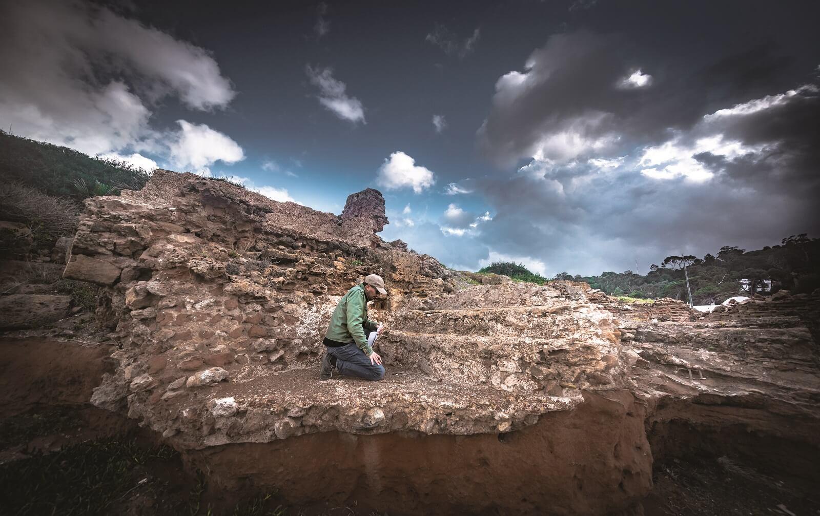 El profesor Khellaf documentando restos de un edificio romano. Tayeb Benmokadem